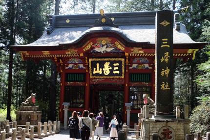 三峯神社の隋身門